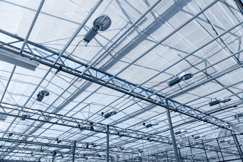 Telhado de vidro da estufa com as lâmpadas para iluminar plantas imagem de stock royalty free