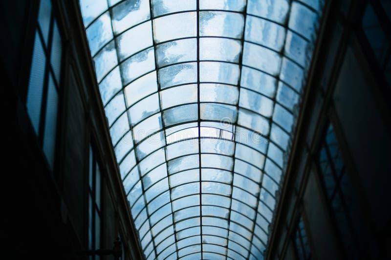 Telhado de vidro de uma passagem velha em Paris imagens de stock royalty free