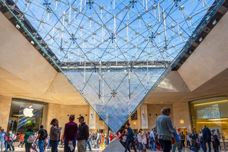 Telhado de vidro pirâmide invertida no museu do Louvre foto de stock