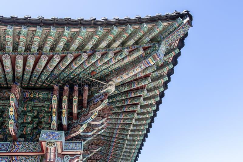 Telhado decorado rico do monastério budista de Haedong Yonggungsa em Busan, Coreia do Sul fotografia de stock