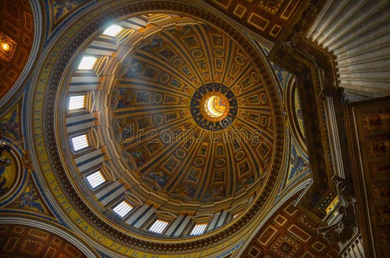 Telhado dentro de St Peters Church em Roma. imagens de stock royalty free