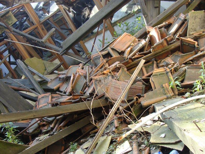 Telhado desmoronado que mostram o vidro de madeira, e entulho da pedra fotos de stock royalty free