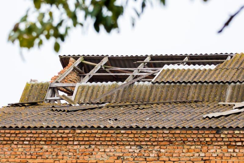Telhado destruído de tijolos Casa destruída depois de uma tempestade ou como resultado de um bombardeamento_ imagens de stock