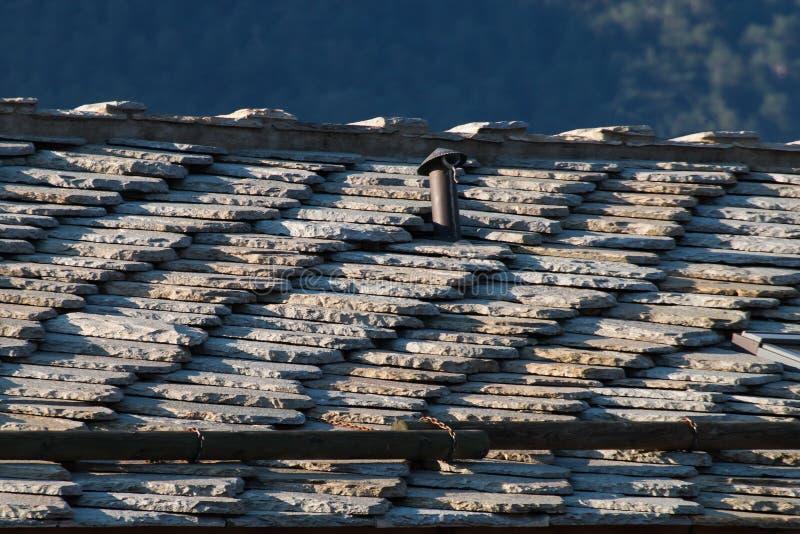 Telhado do chalé tradicional nos cumes europeus feitos das pedras imagens de stock