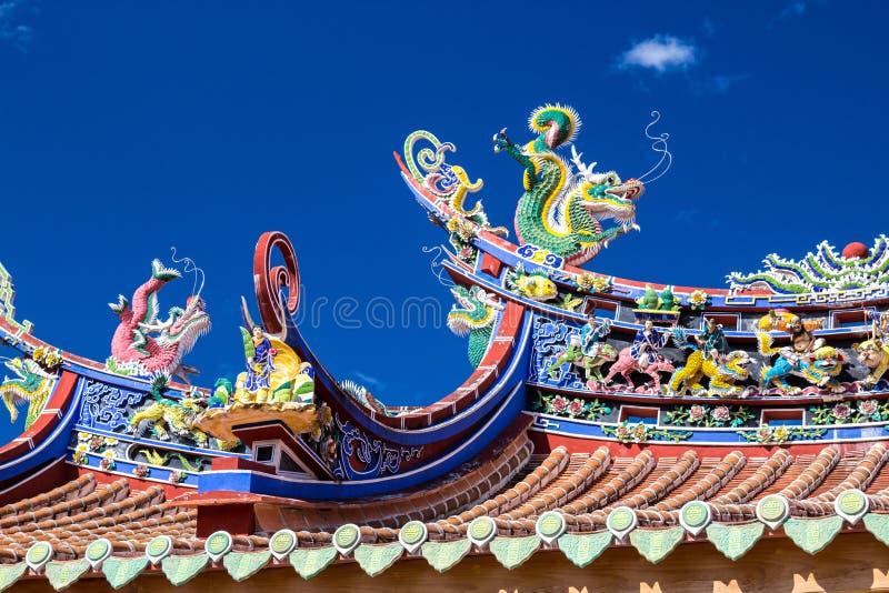 Telhado do estilo chinês e céu azul fotos de stock