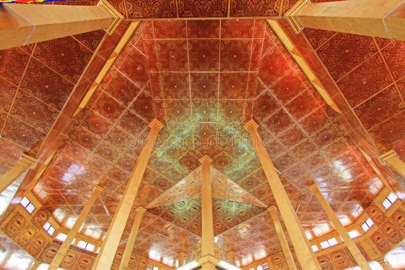 Telhado do pagode de Phaung Daw Oo, lago Inle, Myanmar imagem de stock