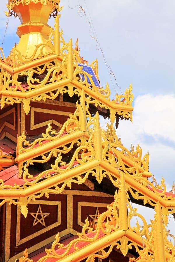 Telhado do pagode de Phaung Daw Oo, lago Inle, Myanmar fotos de stock royalty free