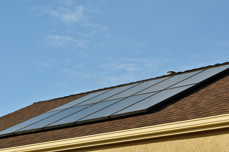 Telhado do painel solar na HOME nova foto de stock