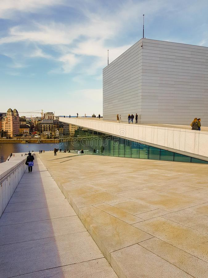 Telhado do teatro da ópera de Oslo, Noruega foto de stock royalty free