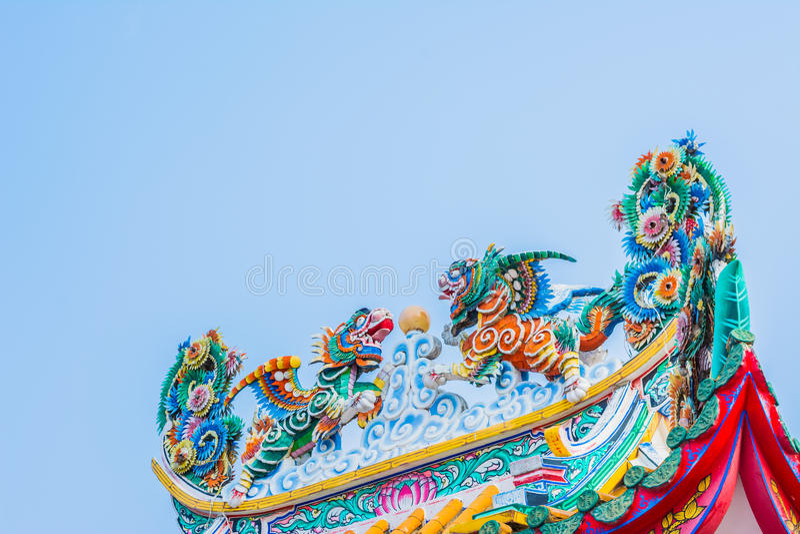 telhado e céu azul (estilo chinês) imagem de stock