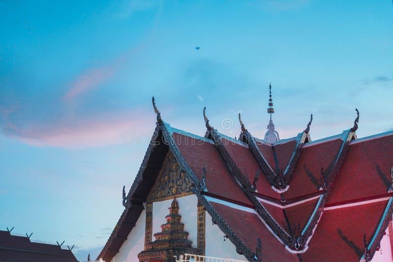 Telhado e céu tailandeses do templo fotografia de stock