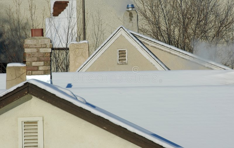 Telhado e chaminé no inverno fotos de stock royalty free