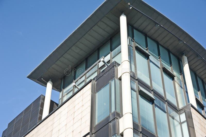 Telhado e detalhe de edifício moderno. fotos de stock