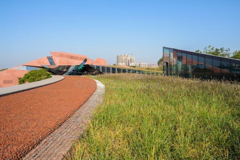 Telhado gramíneo da construção moderna, Luxelake Art Expo Center, em ensolarado fotos de stock