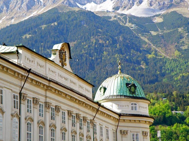 Telhado lindo e fachada da construção nos montes alpinos, Innsbruck da herança imagem de stock royalty free