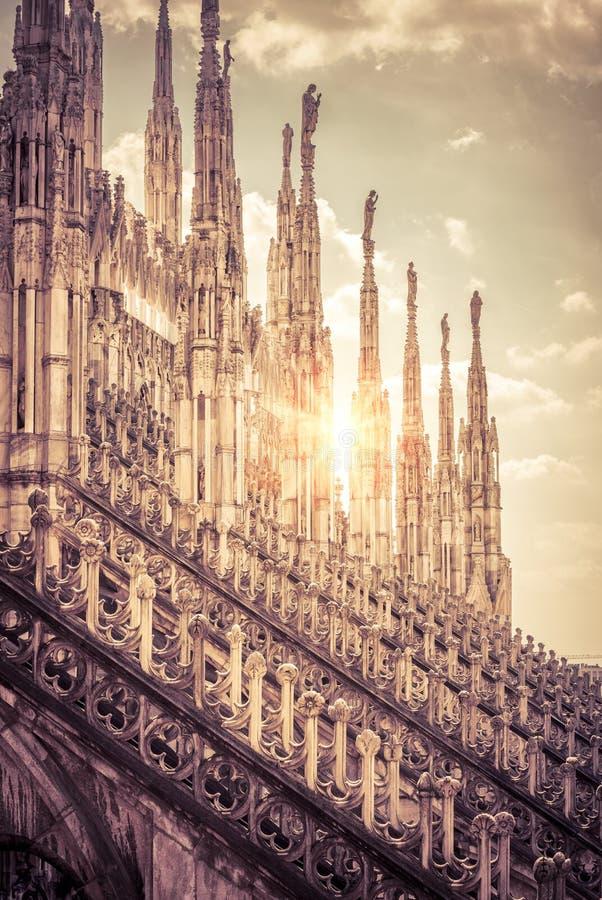 Telhado luxuoso de Milan Cathedral na luz do sol fotografia de stock royalty free