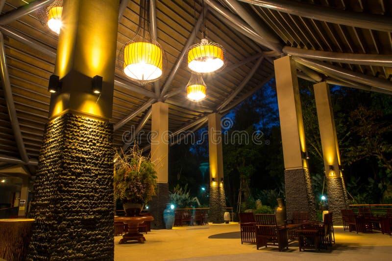 Telhado moderno e iluminação na noite imagens de stock royalty free