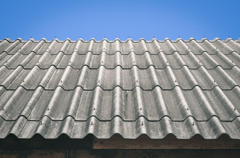 Telhado ondulado com céu azul - estilo retro do efeito do vintage foto de stock royalty free