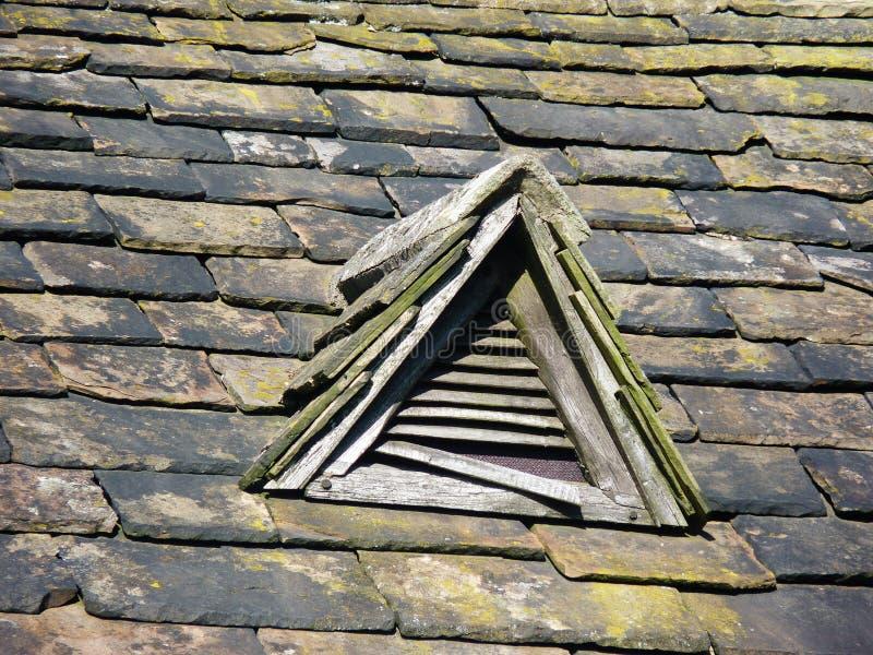 Telhado slated velho com a casa de campo velha do respiradouro de madeira fotos de stock royalty free