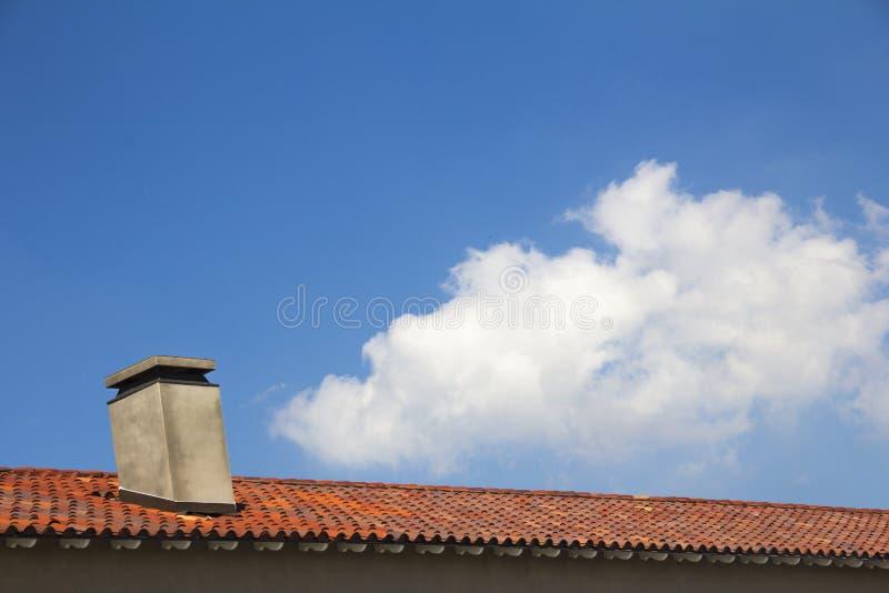Telhado telhado com chaminé foto de stock