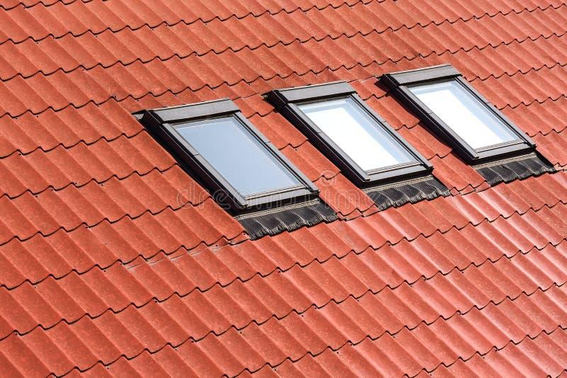 Telhado telhado novo com claraboias fotografia de stock royalty free