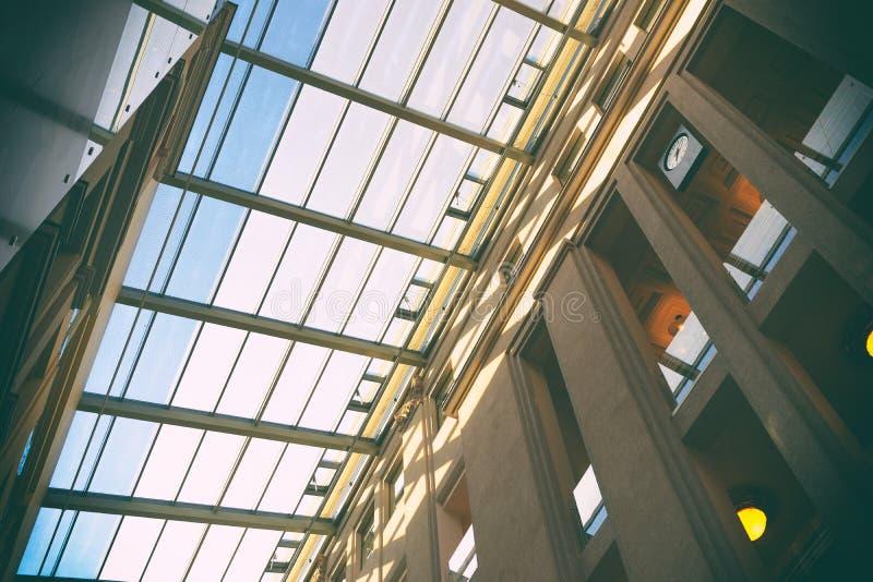 Telhado transparente de uma construção moderna imagens de stock
