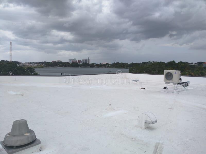 Telhado um telhado liso comercial, telhado de EPDM imagens de stock