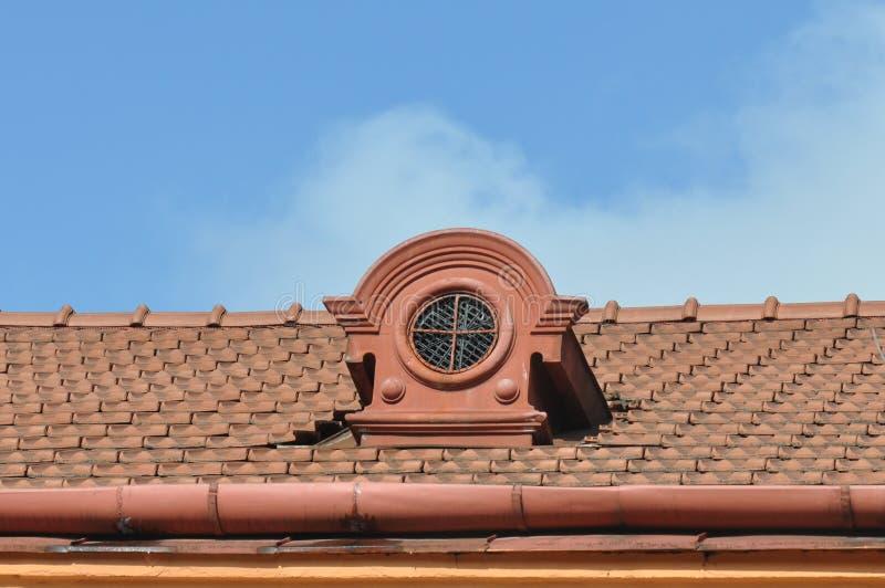 Telhado velho com a janela clara pequena imagens de stock royalty free
