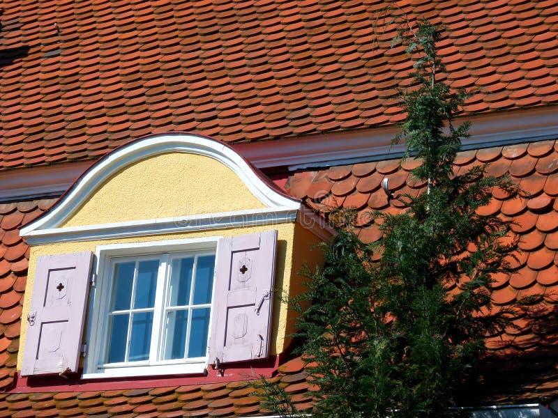 Telhado velho do tijolo com uma janela de trapeira bonita foto de stock royalty free
