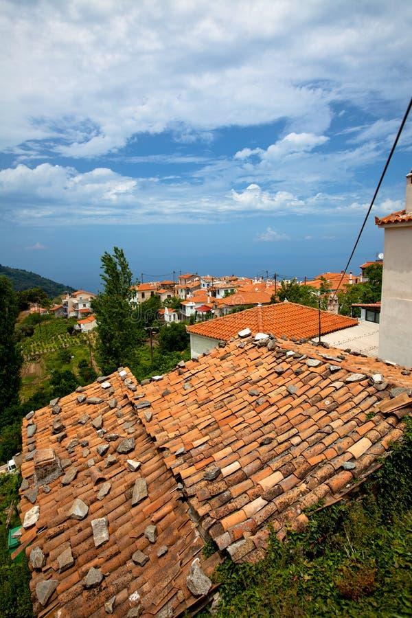 Telhados alaranjados gregos da telha foto de stock