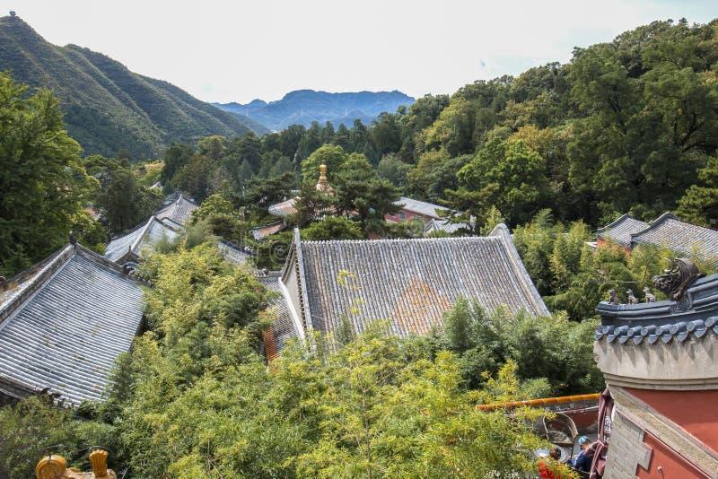 Telhados característicos de construções históricas em Tanzhe Temple, Pequim foto de stock royalty free