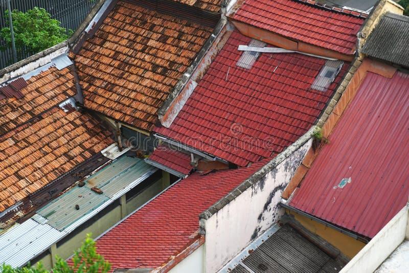Telhados coloridos da telha e do metal vistos de cima em 3Sudeste Asiático rural imagens de stock