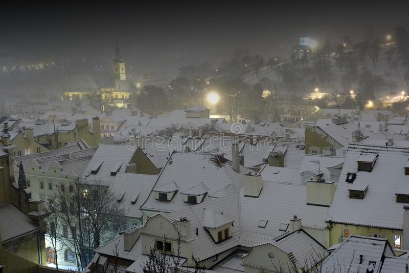 Telhados da cidade velha em Praga na noite do inverno, república checa imagens de stock royalty free