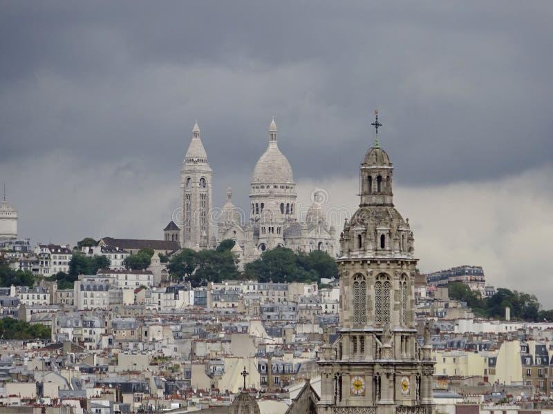 Telhados da igreja - verão em Paris imagens de stock