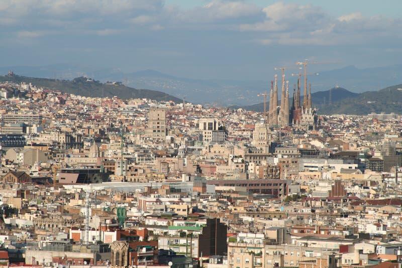 Telhados da vista geral do familia da cidade e do sagrada de Barcelona imagens de stock