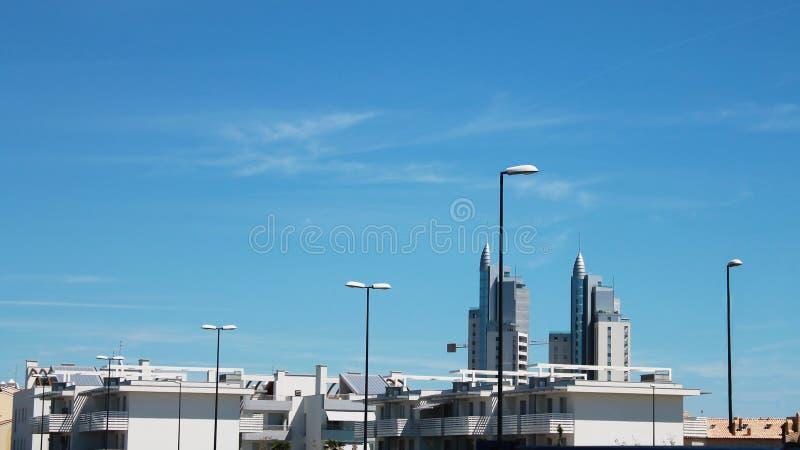 Telhados das casas contra o céu azul imagens de stock