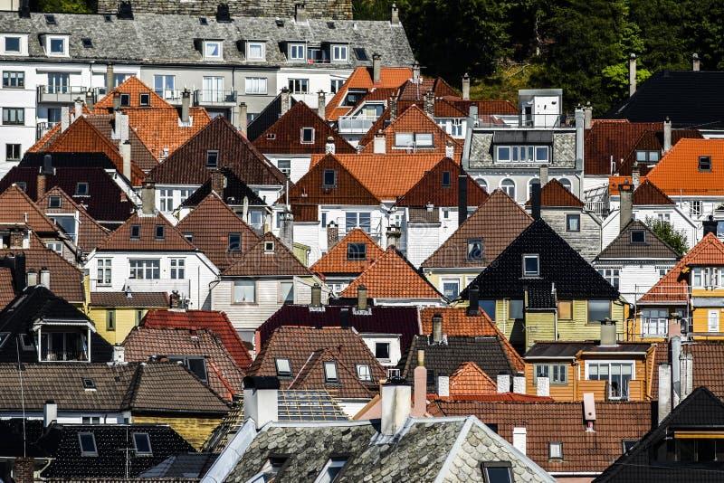 Telhados das casas de cores e de formas diferentes em Bergen, Noruega foto de stock royalty free