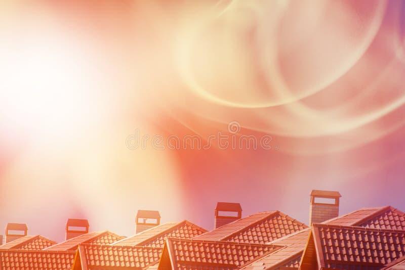 Telhados das casas e da tempestade solar O conceito do tempo geomagnético foto de stock