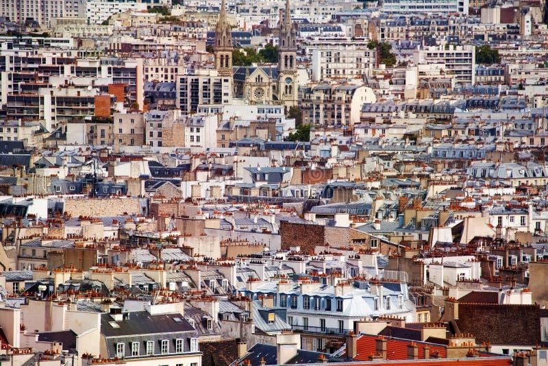 Telhados das casas e das igrejas Paris na cidade foto de stock royalty free