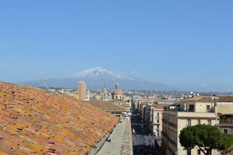 Telhados das casas em Catania e em Monte Etna, Sicília, Itália imagens de stock royalty free