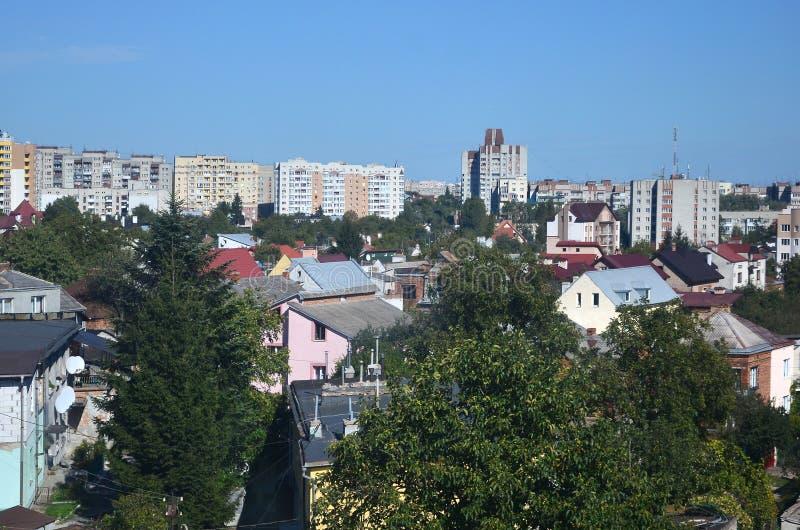 Telhados de casas modernas sob um céu sem nuvens Método do telhado do metal imagens de stock