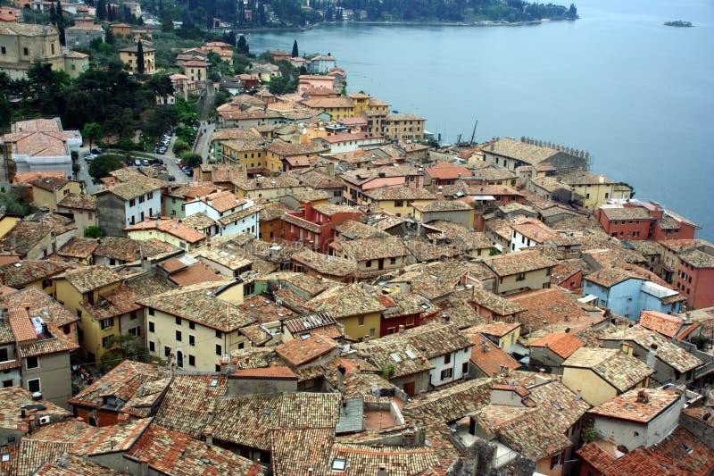 Telhados de Malcesine italiano do recurso foto de stock royalty free