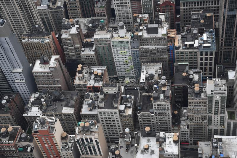 Telhados de Manhattan do Midtown com os tanques de armazenamento da água imagem de stock royalty free