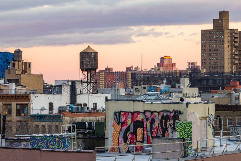 Telhados de New York City no por do sol foto de stock