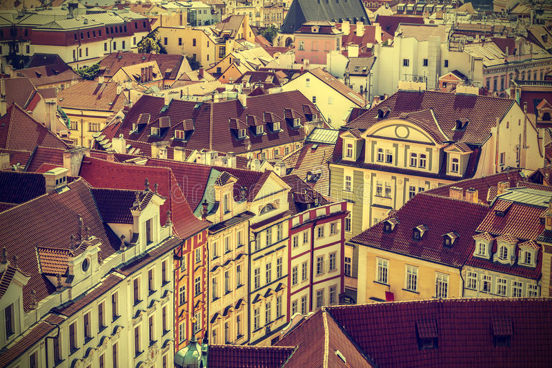 Telhados de Praga, República Checa, estilo retro do vintage foto de stock