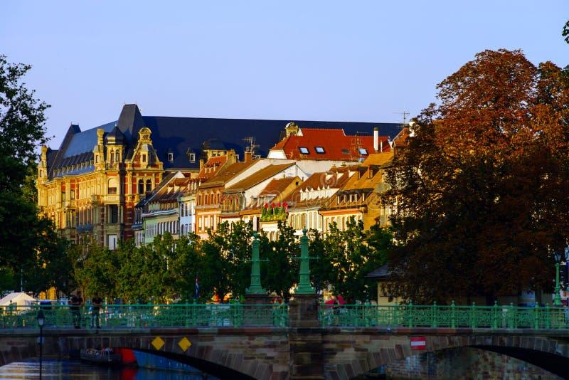 Telhados de telha vermelha de construções velhas no centro histórico de Strasbou fotografia de stock