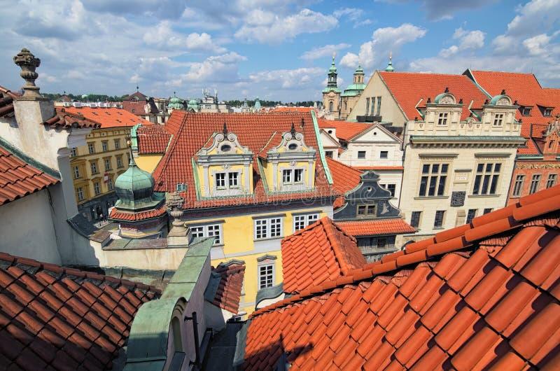 Telhados de telha vermelha em Praga Vista aérea panorâmico dos telhados na cidade velha de Praga Praga em um dia de verão bonito fotos de stock royalty free