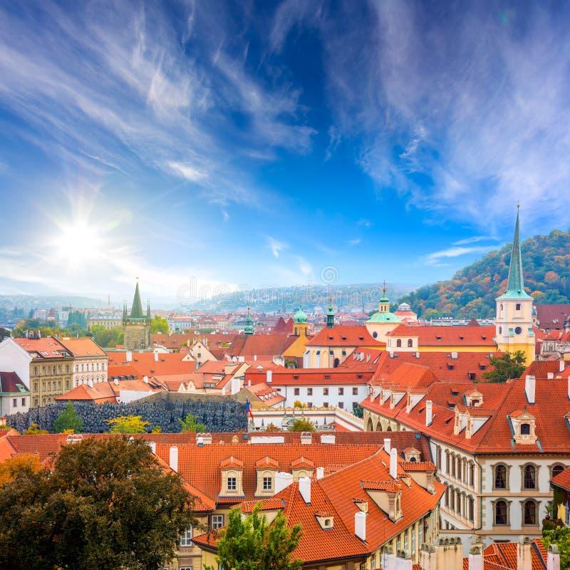 Telhados de telhas velhos no centro da cidade, Praga, Europa imagens de stock