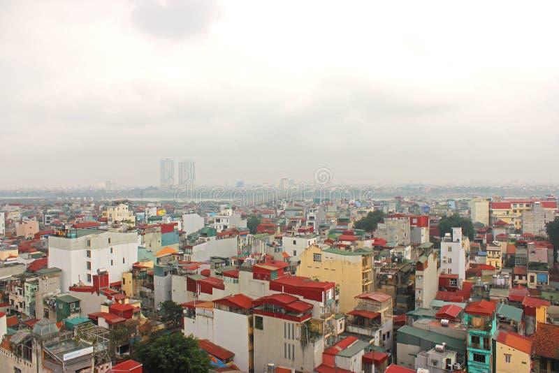 Telhados de Vietname, Hanoi, ponte sobre Red River foto de stock royalty free