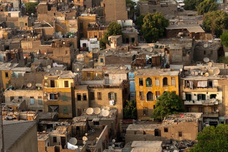 Telhados do Cairo do precário com pratos satélites. imagens de stock
